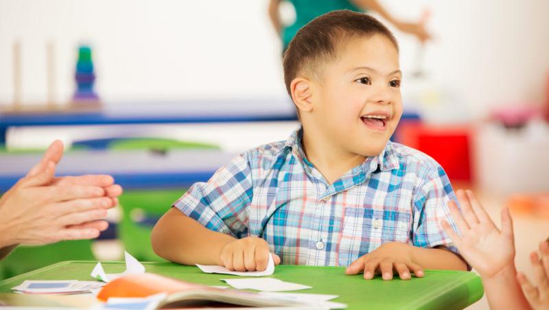 Dicas para se comunicar com crianças com necessidades especiais